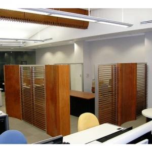 Oficina con mamparas de madera